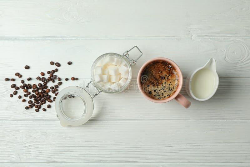 Kaffetidtillbeh?r p? vit tr?bakgrund, utrymme f?r text arkivfoto