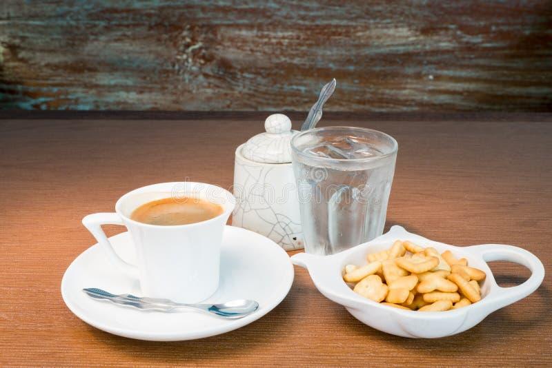 Kaffeuppsättning på den gamla trätabellen royaltyfria foton