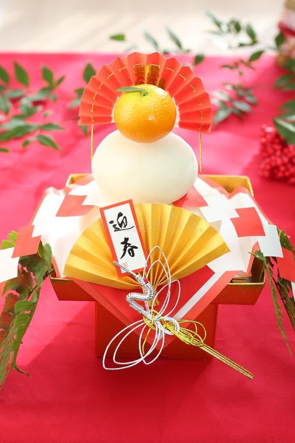 Kagami-Mochi een ronde rijst-cake en een bittere die sinaasappel aan deity wordt aangeboden stock afbeelding