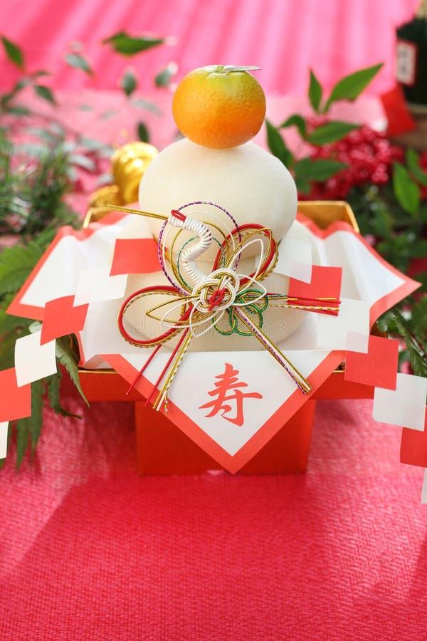 Kagami-Mochi een ronde rijst-cake en een bittere die sinaasappel aan deity wordt aangeboden royalty-vrije stock afbeeldingen