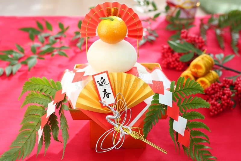 Kagami-Mochi een ronde rijst-cake en een bittere die sinaasappel aan deity wordt aangeboden royalty-vrije stock foto