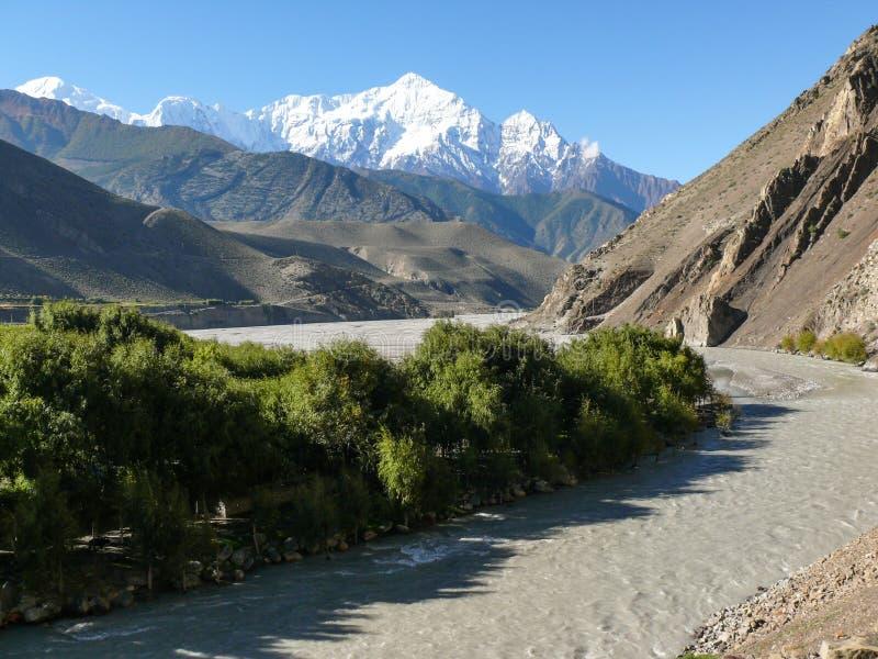 从Kagbeni,尼泊尔的Nilgiri和卡利市Gandaki河 免版税库存图片