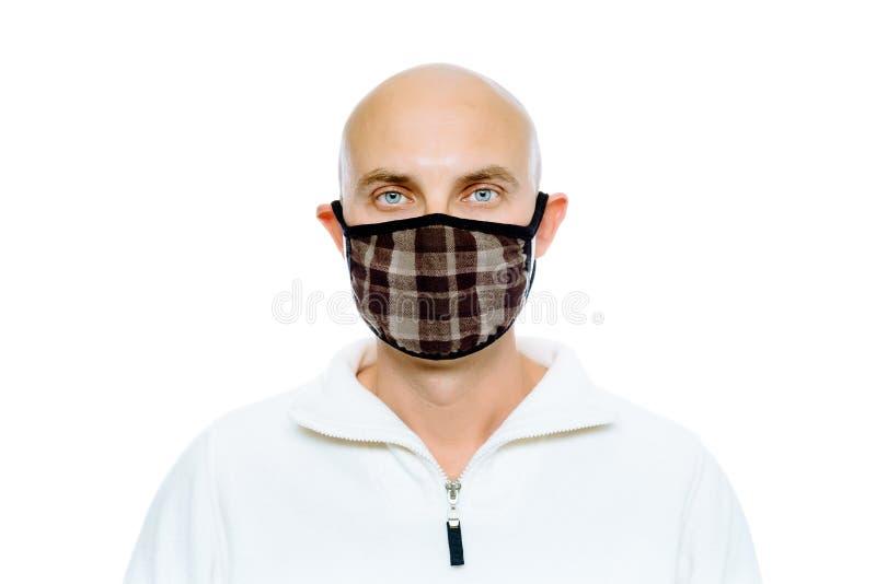 Kahl, Mann in einer weißen Jacke und Maske studio Getrennt stockbild