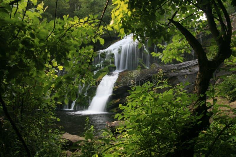 Kahler Fluss-Wasserfall stockbilder
