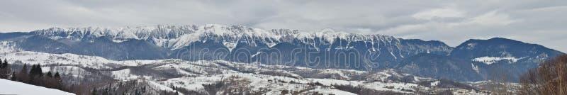 Kahler Wintertag über der Gebirgslandschaft stockfoto