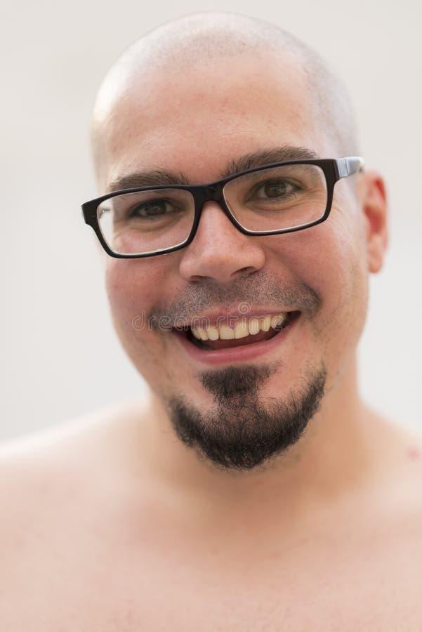 Kahles des Mannes Porträt draußen lächelnd und hemdlos lizenzfreies stockfoto