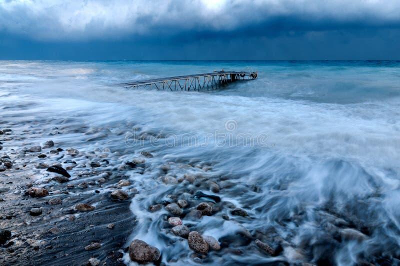 Kai im Meer während eines Hurrikans lizenzfreie stockfotos