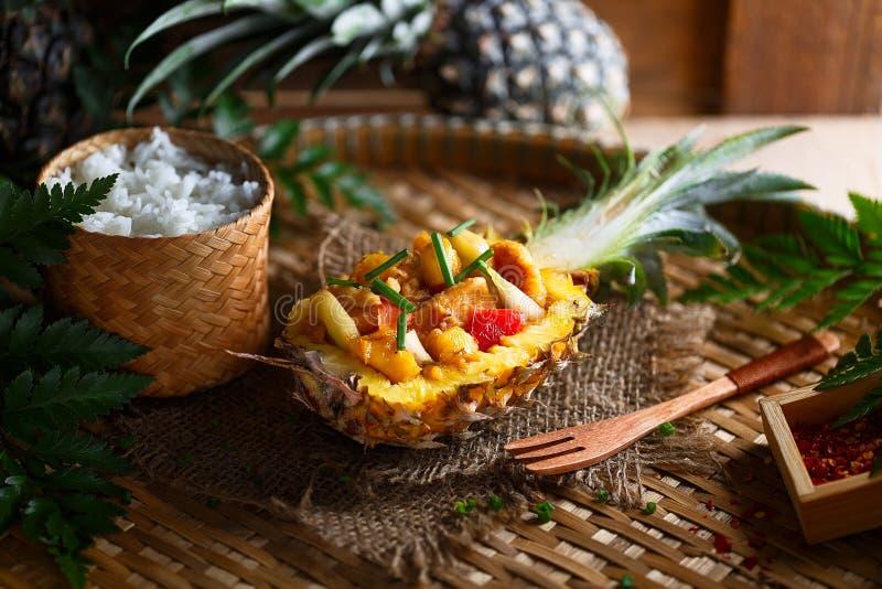 Kai Pad Priew Wan, galinha tailandesa da fritada da agitação do agridoce foto de stock