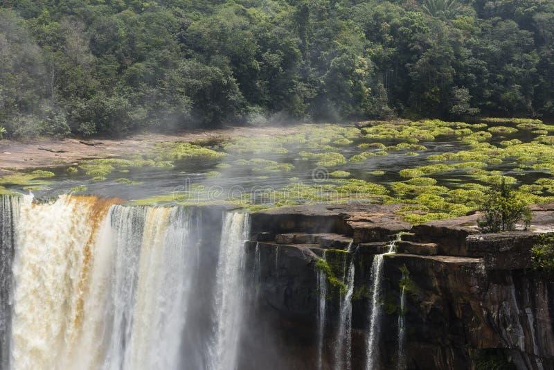 Kaieteurwaterval en installaties in het water stock afbeeldingen