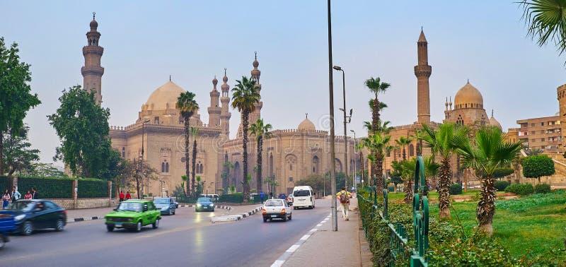 KAIR EGIPT, GRUDZIEŃ, - 21, 2017: Przyjemny spacer wzdłuż Salah El Deen kwadrata z widokiem na zieleń ogródzie, postu ruchu drogo obraz royalty free