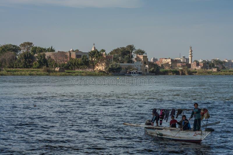 Kairo, Ägypten am 11. Februar 2012: Ägyptische Familie in einem kleinen Boot auf dem Fluss Nil mitten in Kairo stockfotos