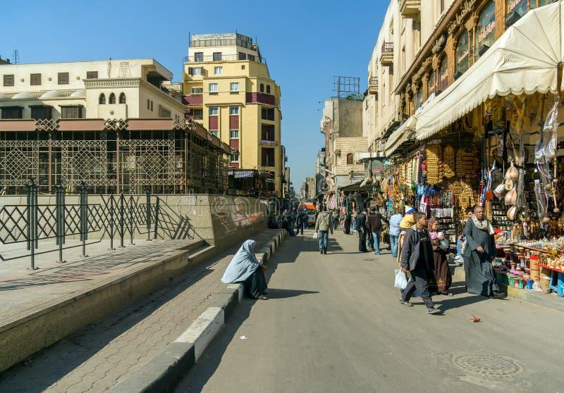 Kairo, Ägypten am 20. Februar 2017: Straße im Markt rief Khan El Khalili, die berühmteste Straße in der Stadt an stockfotografie