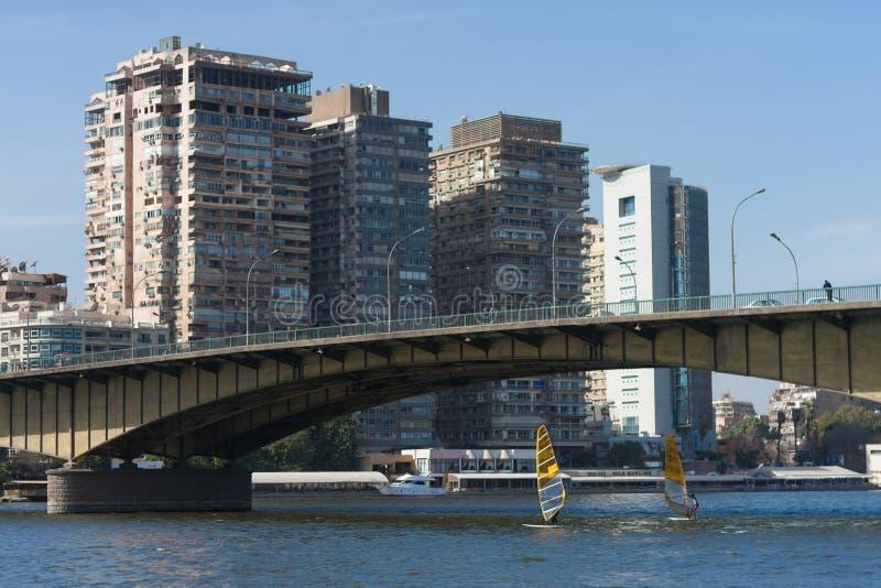 Kairo, Ägypten am 11. Februar 2012: Windsurfers auf dem Fluss Nil mitten in Kairo lizenzfreie stockbilder