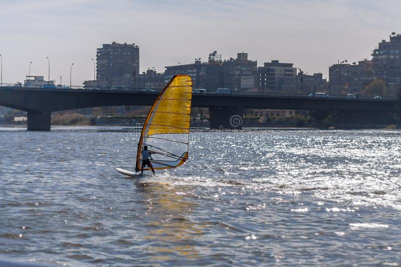 Kairo, Ägypten am 11. Februar 2012: Windsurfers auf dem Fluss Nil mitten in Kairo lizenzfreie stockfotografie