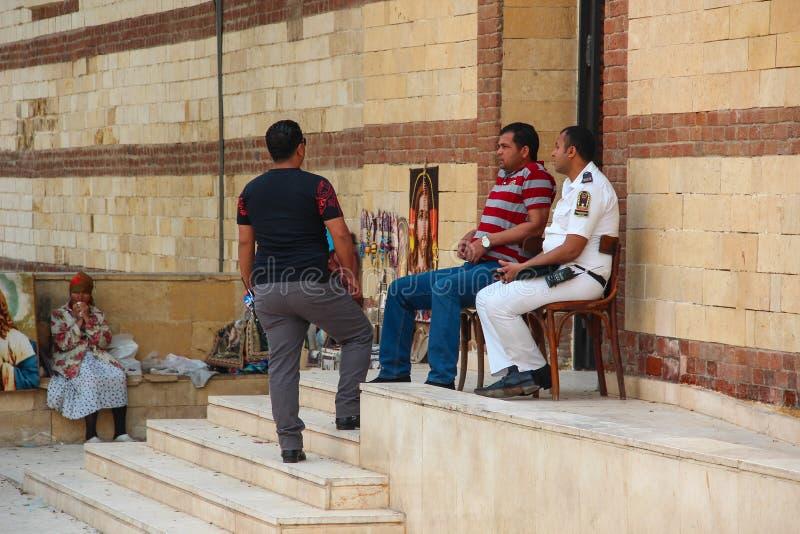 Kairo EGYPTEN - April 22, 2015, poliser och ordningsvakter bevakar ingången till en Christian Church, på April 22 2015 i Kairo arkivfoton