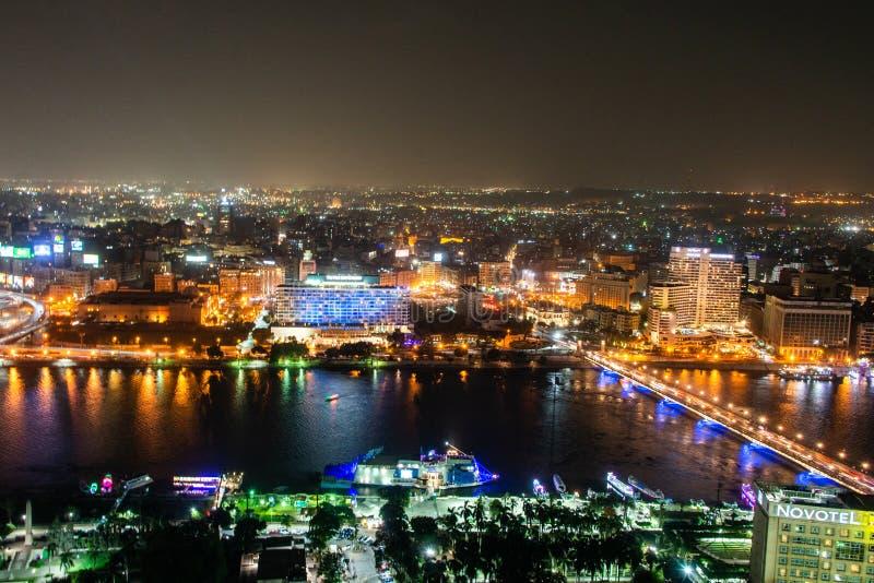 Kairo EGYPTEN 25 05 2018 flyg- sikt av Nile River och bron på natten exponerad från Kairotornet - Egypten fotografering för bildbyråer