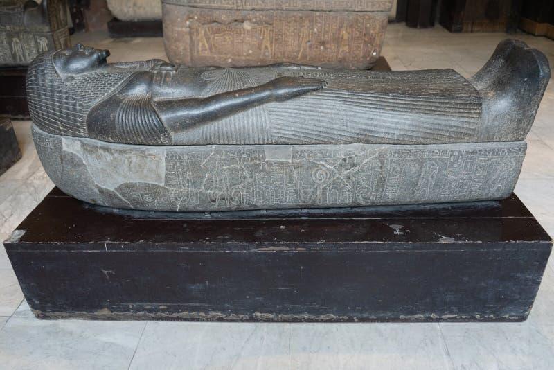 KAIRO EGYPTEN: Forntida sarkofag i museet av egyptiskt anti- fotografering för bildbyråer