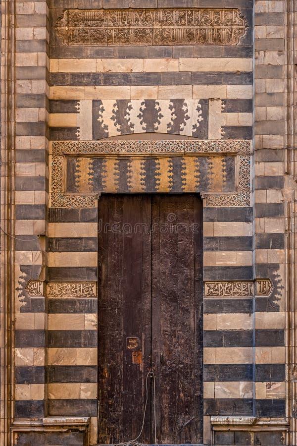 18/11/2018 Kairo, Egypten, incredibly härliga och majestätiska dörrar i en forntida moské i Kairo fotografering för bildbyråer
