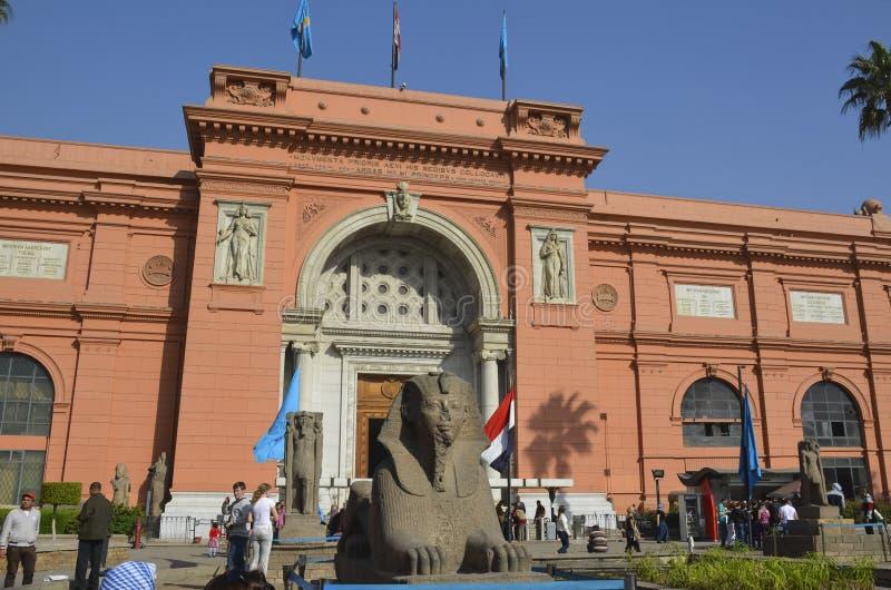 KAIRO EGYPTEN - Januari 22, 2013: Utseende av det egyptiska nationella museet fotografering för bildbyråer