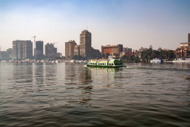 KAIRO EGYPTEN - MARS, 2010: SIKT FRÅN NILEN royaltyfri bild
