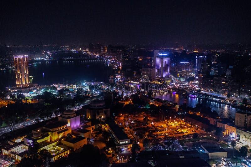 18/11/2018 Kairo, Egypten, oerhörd skyskrapasikt av en nattstad royaltyfri fotografi