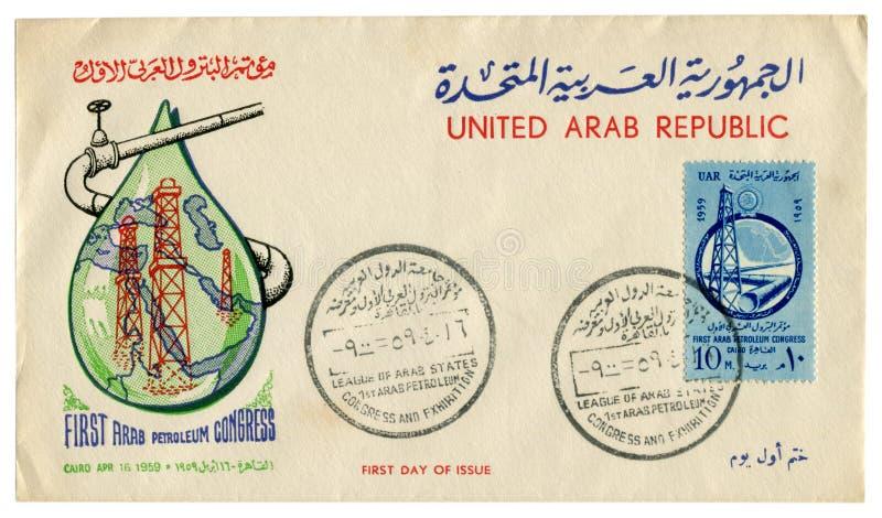 Kairo Egypten, United Arab Republic - 16 April 1959: Egyptiskt historiskt kuvert: räkning med den första arabiska oljakongressen  royaltyfri fotografi