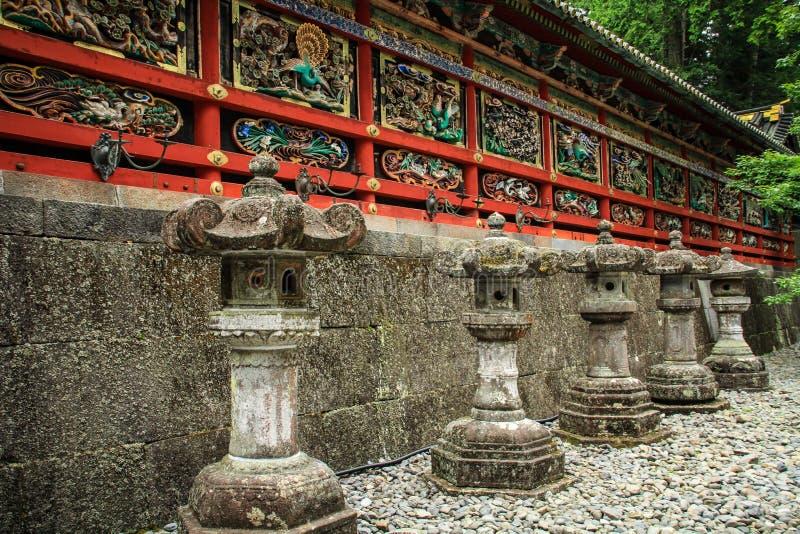 Kairo korridor med den härliga Toros traditionella lyktan som göras av stenen, Toshogu relikskrin, tochigi prefektur, Japan fotografering för bildbyråer