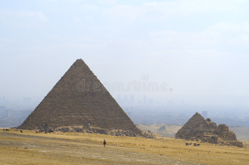 Kairo und Pyramiden lizenzfreie stockbilder