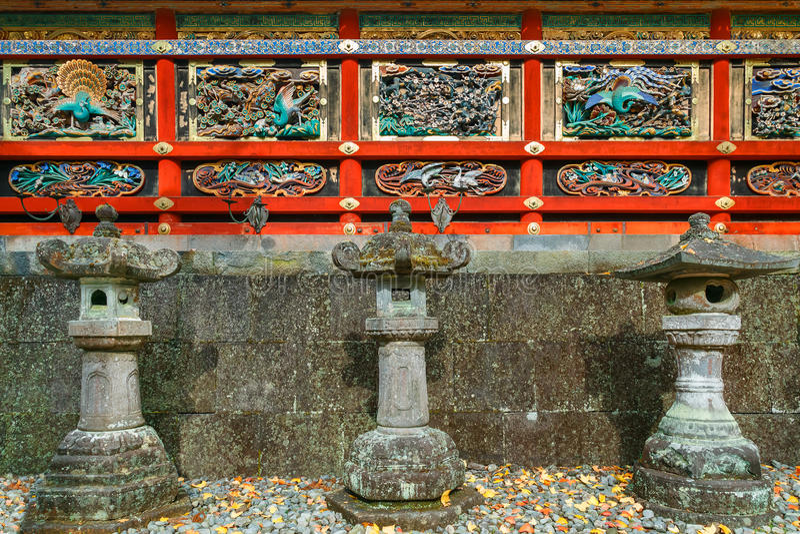 Kairo - väggen av den Yomeimon porten på dengu relikskrin i Nikko, Japan arkivfoton