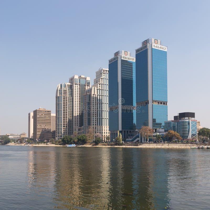Kairostadssikt från flodNilen som förbiser huvudkontoret av National Bank av det Egypten och St Regis hotellet, Egypten arkivbild