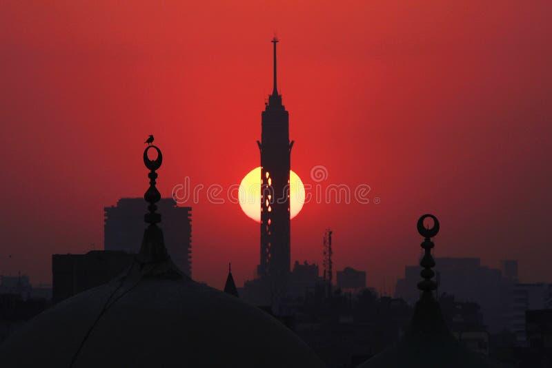 Kairotorn och gamla moskéer under solnedgång