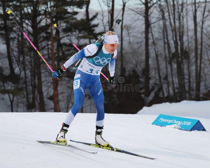 Kaisa Makarainen de la Finlande concurrence dans la personne du ` s 15km de femmes de biathlon aux 2018 Jeux Olympiques d'hiver image libre de droits