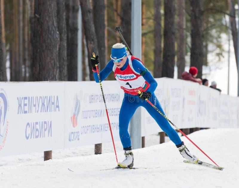 Kaisa MAKARAINEN (FENA) på Biathlonkvinnors staen för 13,5 km den mega mass arkivbilder