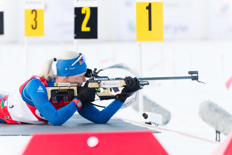 Kaisa MAKARAINEN (FENA) på en skottlossninglinje på Biathlonkvinnor 13,5 royaltyfria bilder