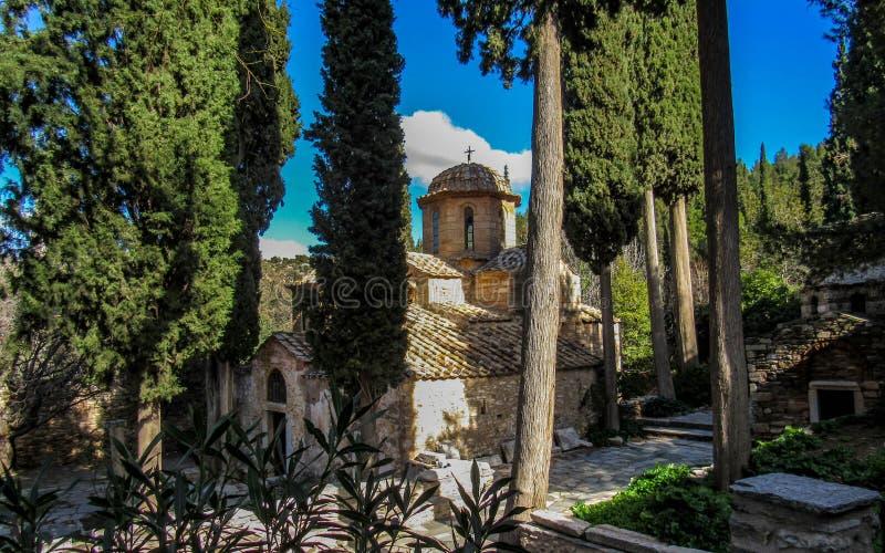 Kaisariani monaster blisko Ateny, Grecja Wschodni Ortodoksalny święte miejsce budował na północnej stronie góra Hymettus fotografia stock