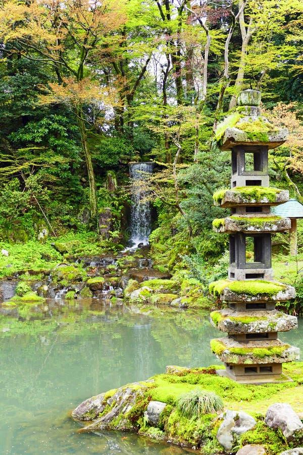 Kaiseki Pagode und Emerald Waterfall innerhalb Kenrokuen-Gartens stockbild
