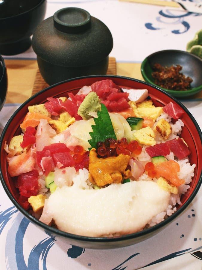 Kaisen надевает состоит из сортированных сырцовых морепродуктов на шаре риса суш стоковые фото