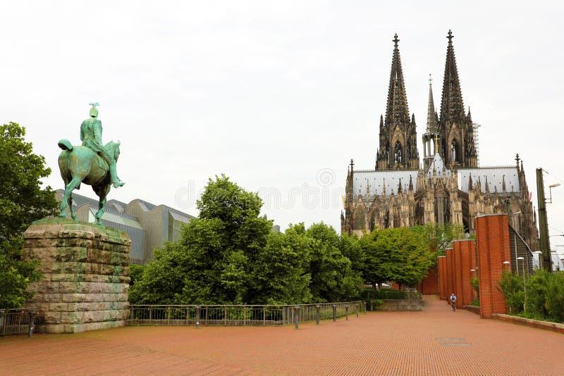 Kaiser威廉二世骑马雕象背面图和在背景的科隆大教堂,德国 库存照片