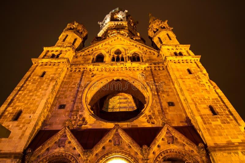 Kaiser commémoratif Wilhelm Church la nuit images stock