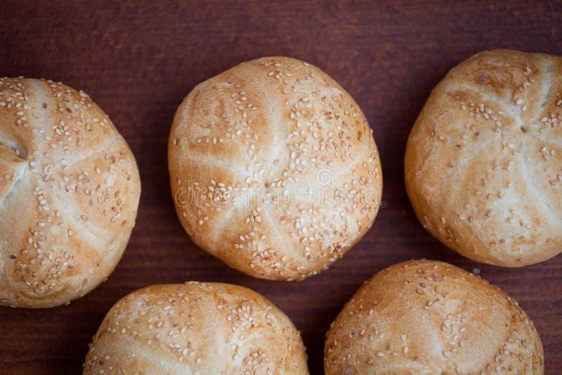 Kaiser roulent des petits pains de Vienne de pain sur une table image stock