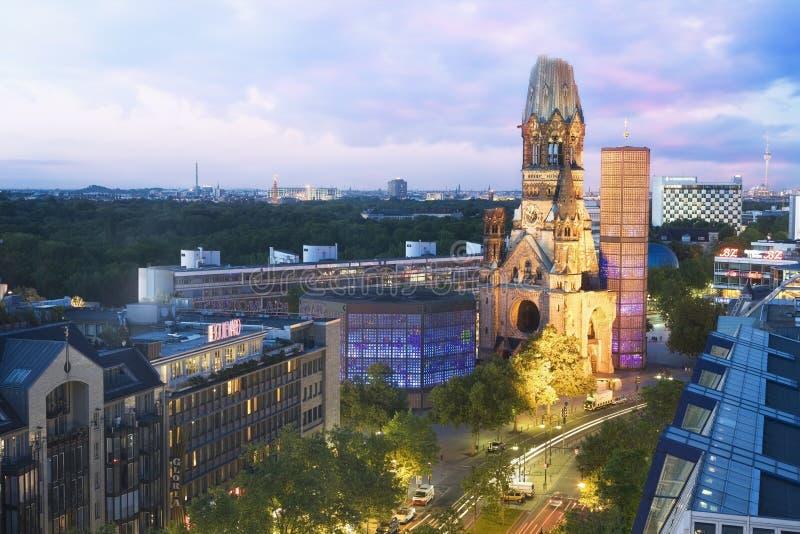 Kaiser Wilhelm Memorial Church en Berlin Skyline bij schemer royalty-vrije stock afbeeldingen