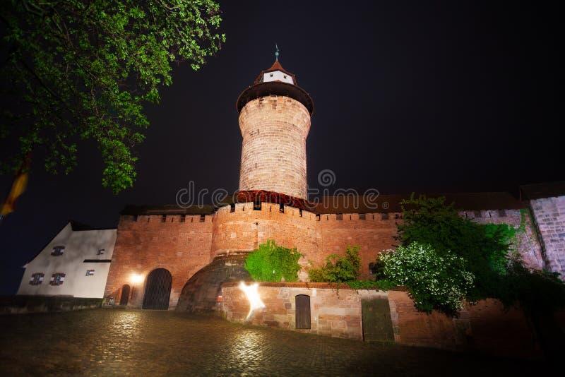 Kaiserburg墙壁夜视图有Sinwellturm的 免版税库存照片