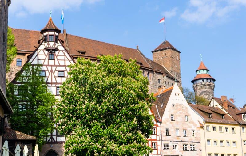 Kaiserburg en Nuremberg con las casas de entramado de madera en el cielo azul, Baviera, Alemania foto de archivo libre de regalías