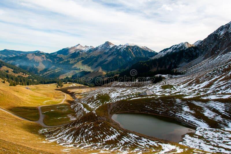 Kaiseregg峰顶,瑞士Prealps基地的小湖  库存照片