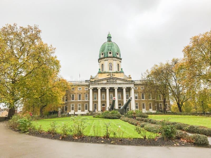 Kaiserkriegs-Museumsgebäude mit alter Kanone in London stockbild
