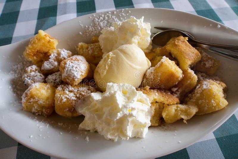 Kaiserschmarrn, традиционный немецкий баварский и австрийский сладостный десерт стоковая фотография