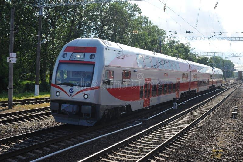 KAISIADORYS, LITAUEN - 26. JUNI 2011: Litauen-Bahnnetz und -bahn Gehen auf Schnellzug Nähern zur Station stockfotografie