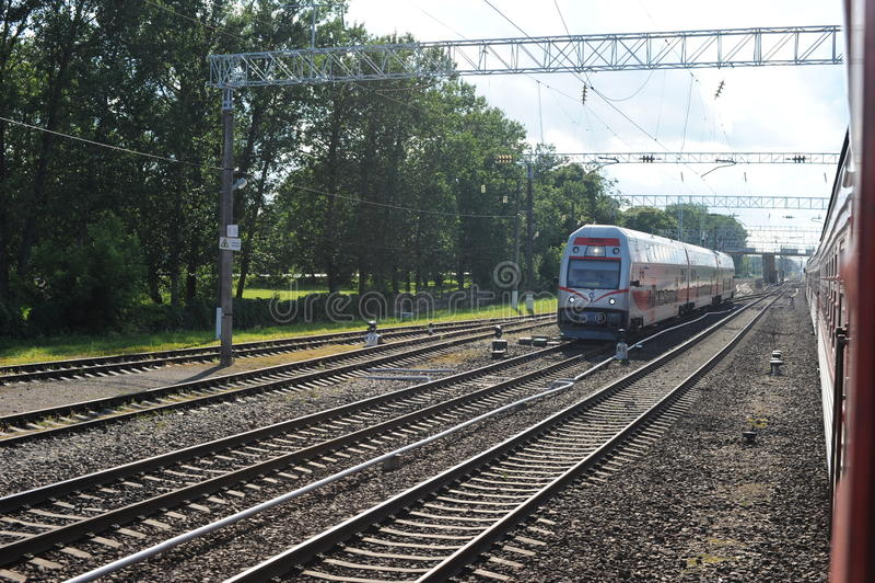 KAISIADORYS, LITOUWEN - JUNI 26, 2011: De Spoorwegnetwerk en Spoor van Litouwen Het gaan op Snelle Trein Het naderbij komen aan P royalty-vrije stock foto