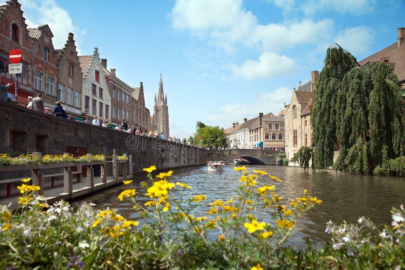 Kaj av Dijver cannel i mitt av Brugges royaltyfri bild