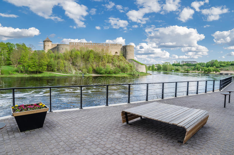 Kaj av floden Narva med den Ivangorod fästningen arkivbilder